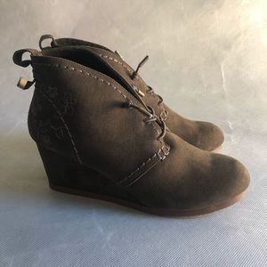 3/$20 NWOT Green Embroidered Wedge Boots